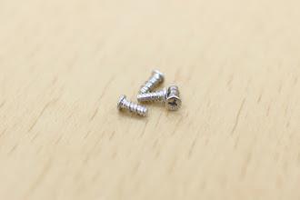 Photo: キットに4本入っている銀色の細いネジ(タッピング2-5mm)で固定します。