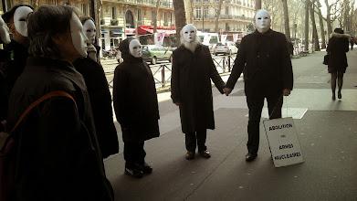 Photo: Le message est difficile à éviter pour ceux qui sortent du Ministère, nous laissons un petit mètre de passage sur le coté...