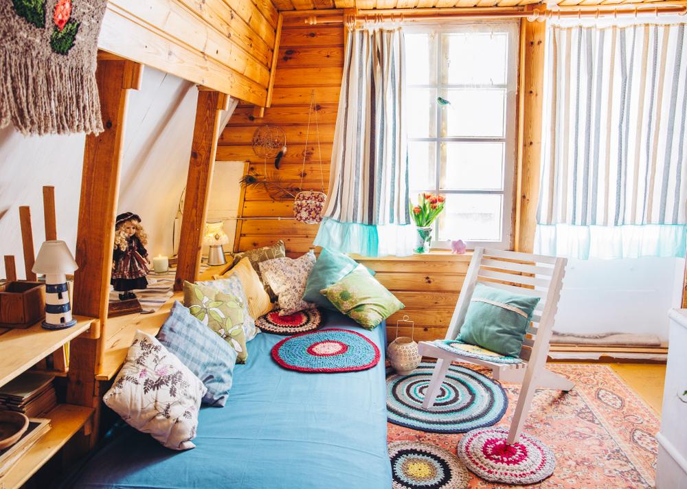 Um espaço com decoração maximalista.