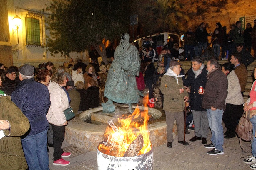 Hogueras de San Antón en el mirador de la Alcazaba.