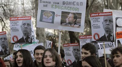 Photo: GRA303. MADRID, 07/02/2013.- Decenas de jóvenes participan en la manifestación convocada por la Plataforma Regional por la Escuela Pública de la Comunidad de Madrid y celebrada hoy en la madrileña Plaza de Neptuno, en defensa de la escuela pública y contra la ley educativa LOMCE. EFE/Kiko Huesca