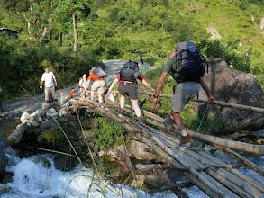 Photo: Er staat ook veel water in de riviertjes die over de weg stromen.  Gelukkig ligt er hier nog een wankele bamboebrug over.