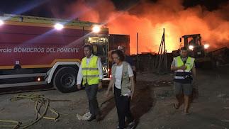 El alcalde y la delegada de la Junta anoche en el incendio.