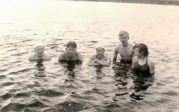 Photo: Zwemmen: Jantje Martens, Rikus Rozenveld, Boelina Rabs, Willem Homan en Seichien Oosting