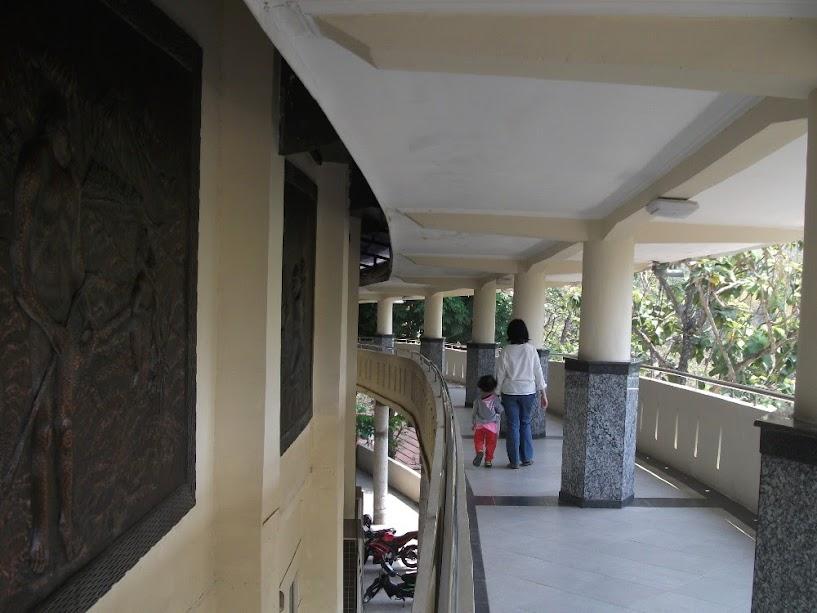 Koridor spiral yang mengelilingi ruang pameran (harusnya diikuti dengan urut, tapi kami keluar-masuknya acak, hehehe...)