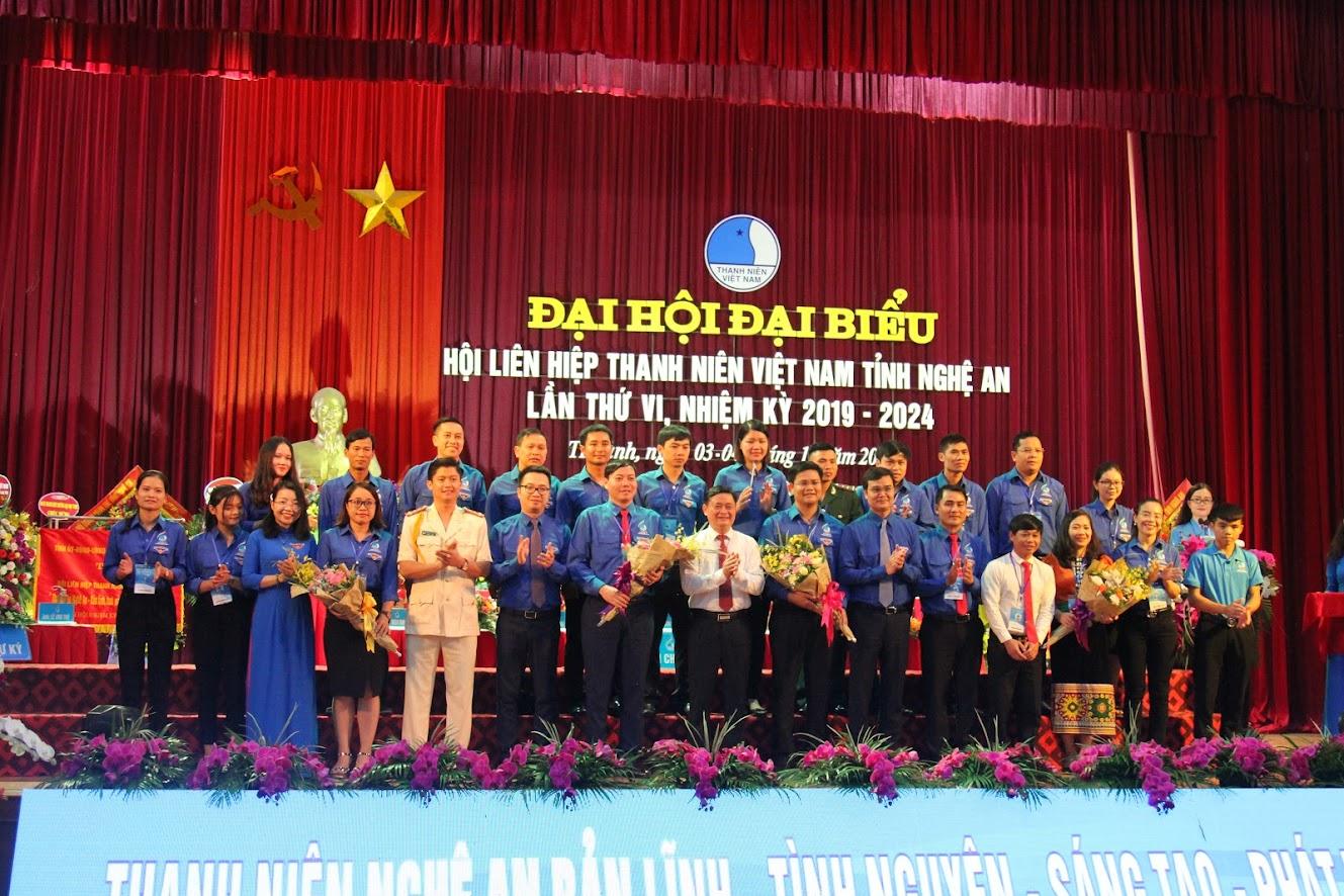 Chủ tịch UBND tỉnh Thái Thanh Quý và Quyền Bí thư Tỉnh đoàn Nguyễn Thị Thơm tặng hoa chúc mừng cho 23 đại biểu đi tham dự Đại hội Hội LHTN Việt Nam
