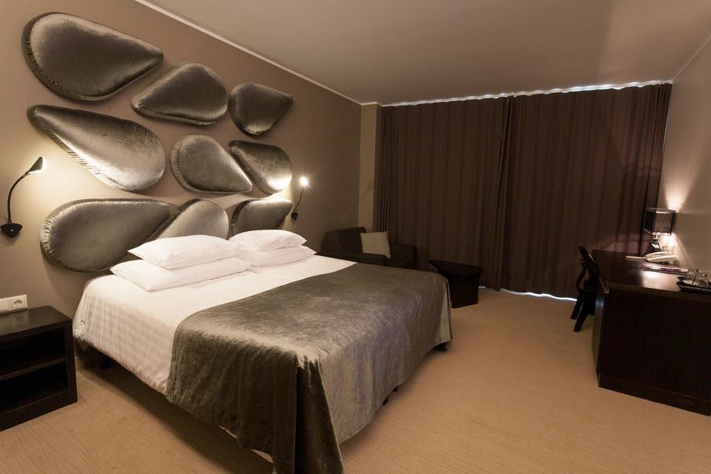 Кровать в номере отля Аква