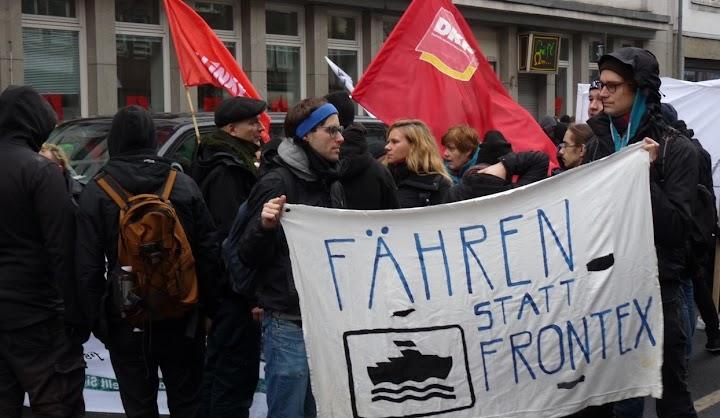 Demonstranten mit Fahnen und Transparent: «Fähren statt Frontex».