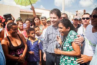 Photo: El Ministro de Vivienda, Luis Felipe Henao, con la señora Edilma Rosa Pérez quien no ocultó su emoción al recibir las llaves de su casa gratis en Soledad.