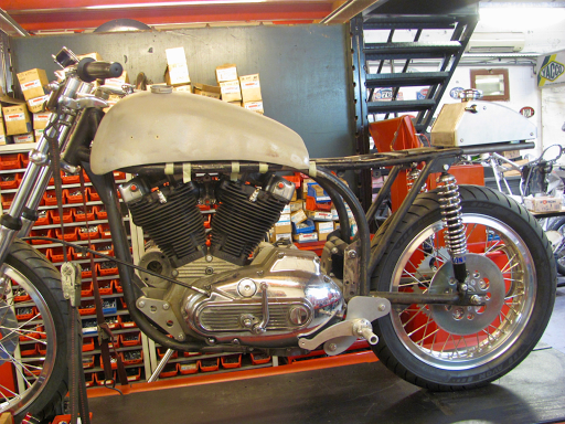 Moteur Harley Sportster dans un cadre Featherbed Norton. La Norlay...