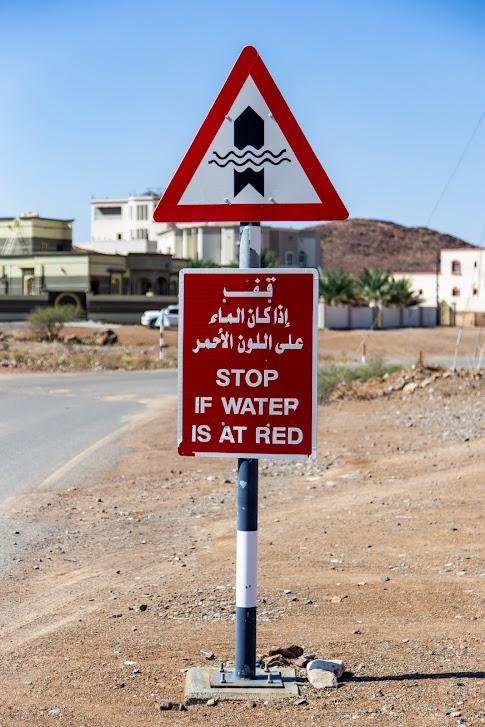 samochodem po Omanie, znak powódź