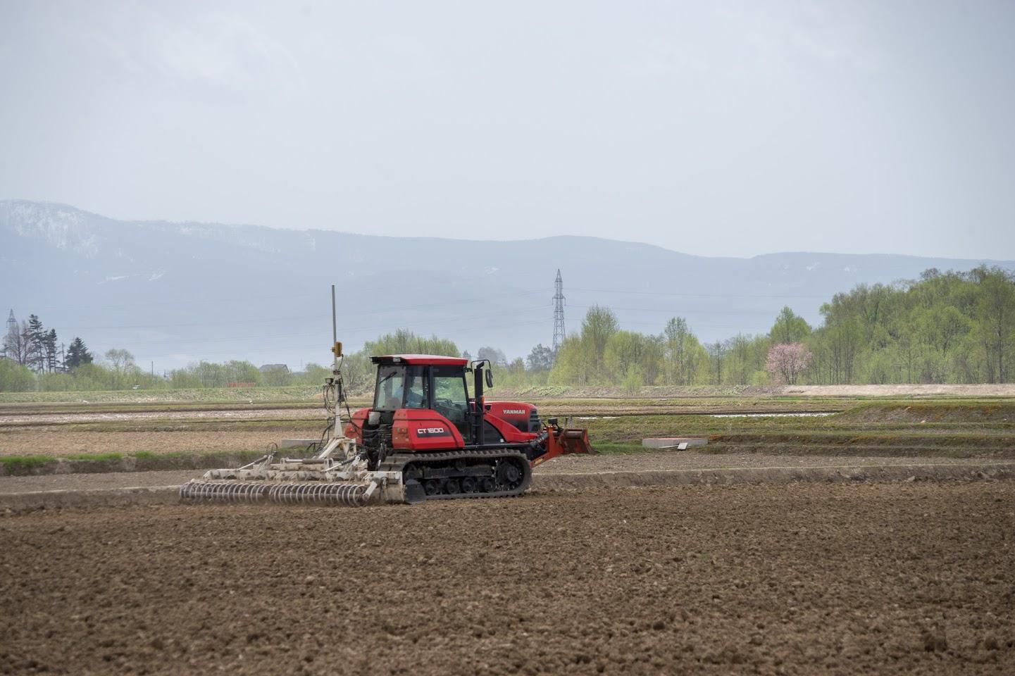 圃場を水平に設定作業中