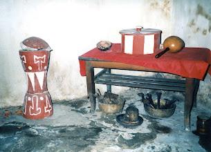 Photo: Autel de Changó. A gauche : pilón de Changó. A terre à droite : orichas guerreros