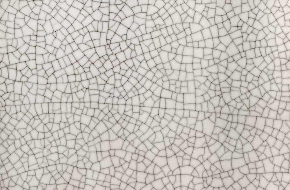 Mural em revestimento cerâmico branco, quebrado.