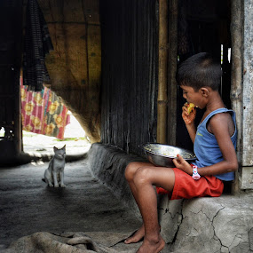 khabo..... by Ashif Hasan - People Street & Candids ( khulna, color, rural, coexistance, daily life, eating, boy, lifestyle, children, street, ashif hasan, cat, having meal, children candids, bangladesh )