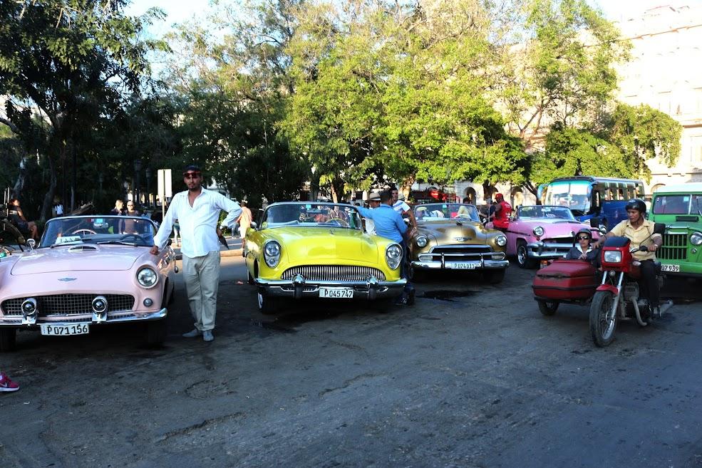 foto de carros antigos reformados em Cuba