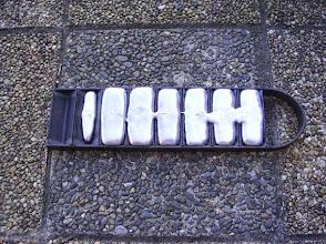 Photo: Essai de fonte avec de l'alu coulé dans la lingotière.