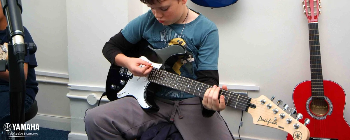 học đàn guitar điện