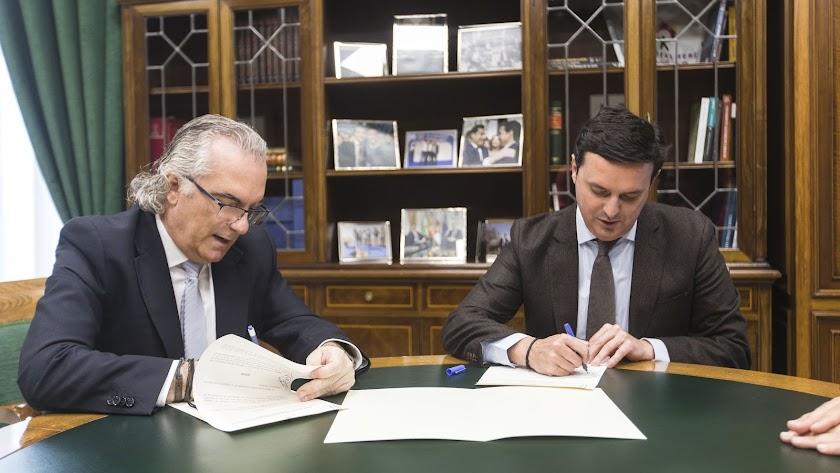 Manuel Vida, gerente del Hospital Torrecárdenas, con Javier A. García, presidente de la Diputación de Almeria.