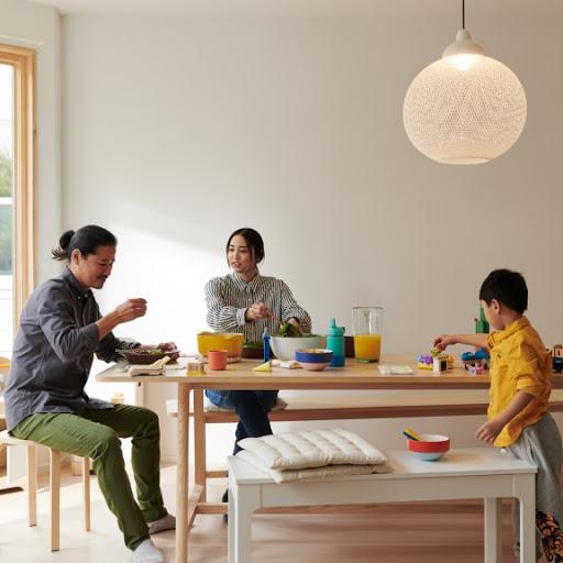 Une famille avec de jeunes enfants est installée autour d'une table, dans sa maison.