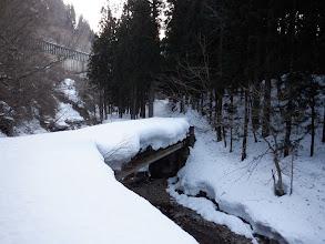 橋を渡る(積雪は1.5mほど?)