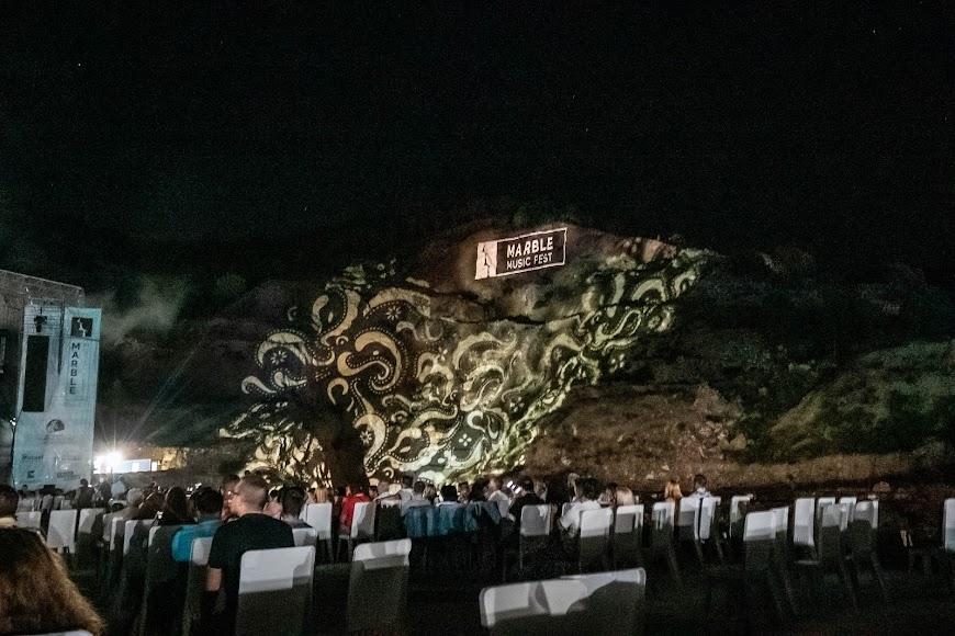Impresionante la cantera de Macael iluminada durante el concierto