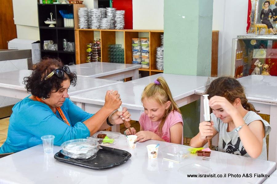 Дети в музее марципанов в Кфар-Тавор. Экскурсия по Израилю.