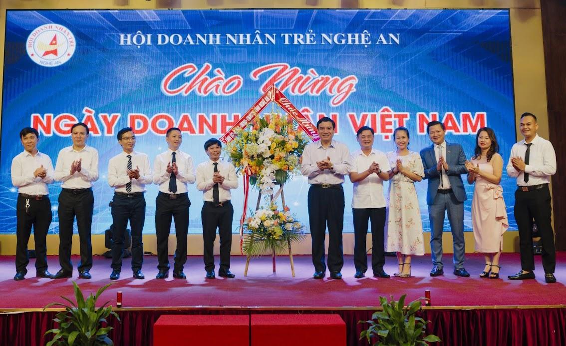 Lãnh đạo tỉnh Nghệ An chúc mừng các doanh nhân trẻ