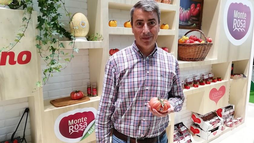 Jordi con un tomate Monte Rosa en el stand de Semillas Fitó en Fruit Attraction.