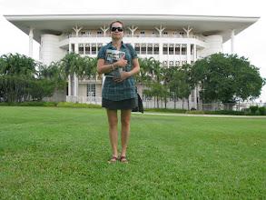 Photo: Darwin - s vaznou tvarou pred NT parlamentom.