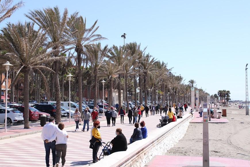 El Paseo Marítimo y la playa en el 1º domingo de Primavera.