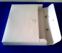 Photo: Maleta pequena com fecho e alça (flexível, impermeável e resistente).