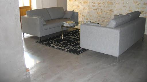 Ambiance intérieur contemporain avec sol en béton ciré décoratif