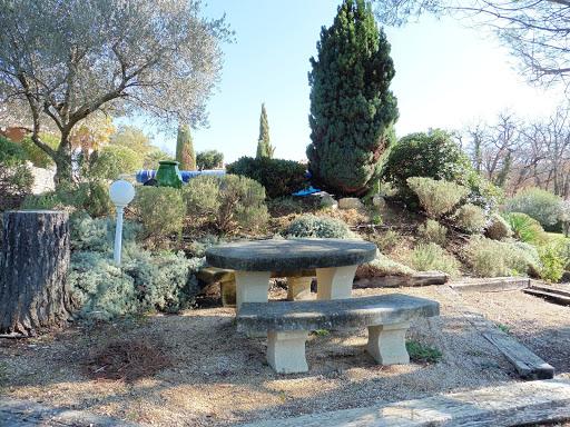 La chambre d'hôtes l'Esclériade et ses jardins provençaux au pied du Mont Ventoux