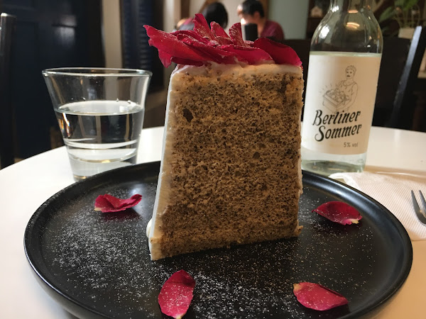 招牌甜點玫瑰伯爵茶戚風蛋糕,上面花瓣可食用,蛋糕有淡淡茶香附上一層奶油還可以