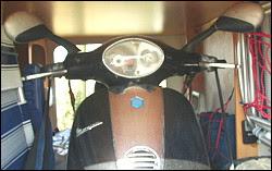 """Photo: tho-sch MotoMove Motorradtransport Zubehör Motorrad Sicherer Stand. Motorradständer Quick Stand I. Hallo liebe Gemeinde, habe mir gedacht, dass mein kleiner Eigenbau evtl. auch ander WoMo-Fans interessieren könnte. Ausgangspunkt war eine leere Heckgarage und der Gedanke den Motorroller alleine verladen zu können. Dabei kam mir ein Angebot von Motomove ganz recht, der diese geniale Vorderradhalterung baut [..] Der Roller rastet in der Motomove Halterung ein und kann dann ganz in Ruhe verzurrt werden [..] die Motomove Halterung klappt beim Überfahren der Wippenachse nach vorne und ist so konstruiert, das der Schwerpunkt hinter der Wippenachse liegt und der Roller """"wie Bombe"""" darin steht. Trotzdem verzurre ich ihn natürlich noch, obwohl es vermutlich kaum nötig wäre. Aber sicher ist sicher. forum.womoverlag.de"""