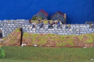 Photo: Le mura della città presidiate dall'artiglieria francese. Miniature Baccus, materiale scenico TimeCast e autocostruito.