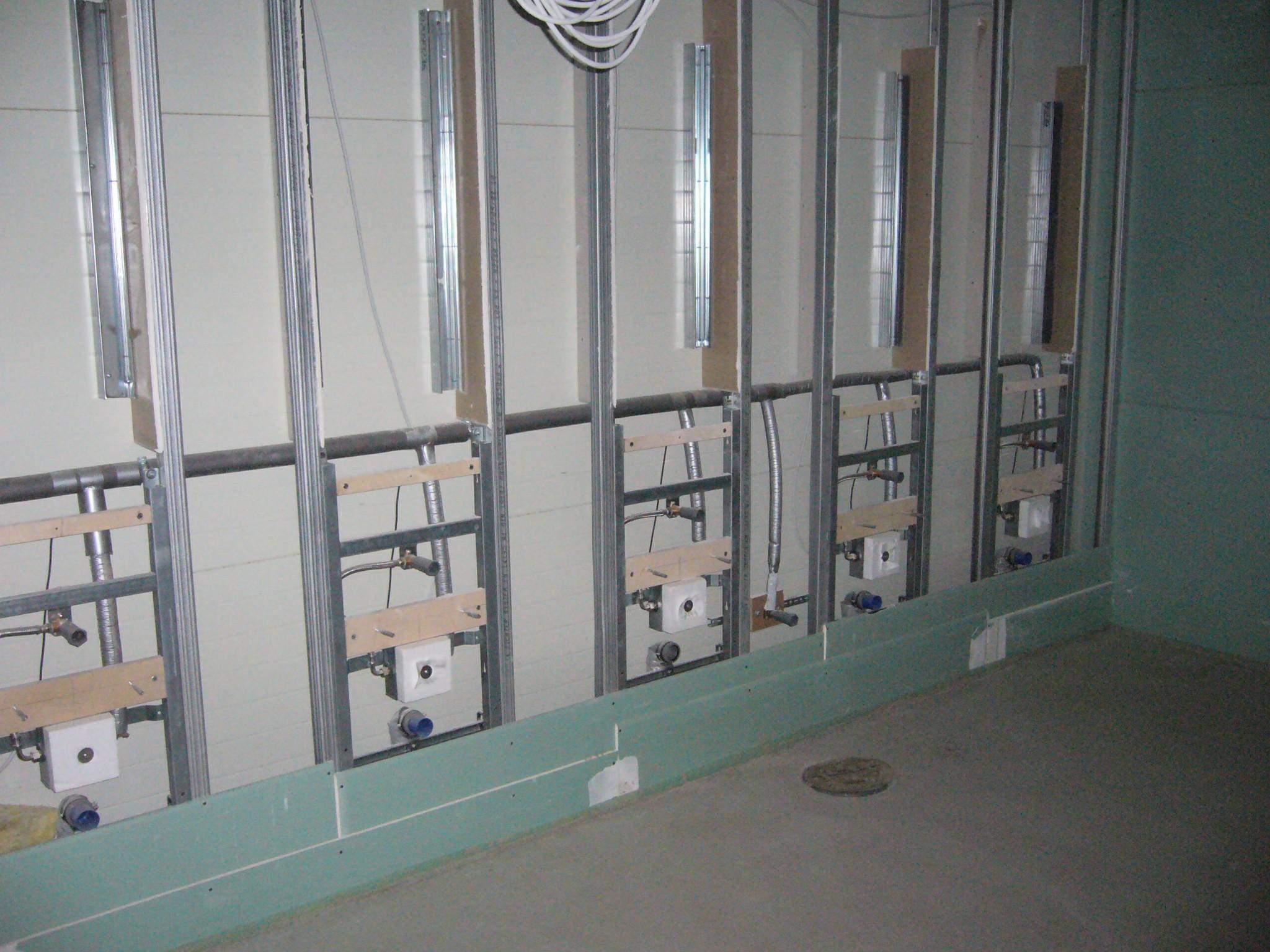 Foto: Reihen Urinalanlage mit Montagegestellen im gewerblichen Bereich