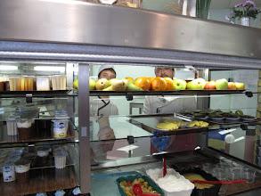 Photo: Alexandre Seydoux, en stage à la cuisine du restaurant scolaire
