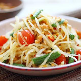 Thai Green Papaya Salad (Som Tam).