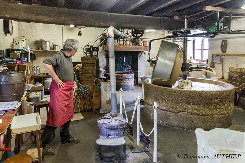 Photo: Le patron actuel du moulin est Guy Millerioux, artisan huilier, il a repris le moulin il y a une dizaine d'année suite à un concours de circonstances et vit de son travail d'artisan huilier, c'est son activité principale. Ce moulin est situé à Pesselières, petit village sur la commune de Jalognes dans le Sancerrois (département du Cher)