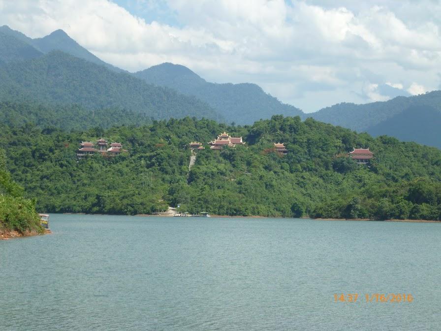 thiền viện trúc lâm Bạch Mã nằm trên núi, giữa hồ Truồi