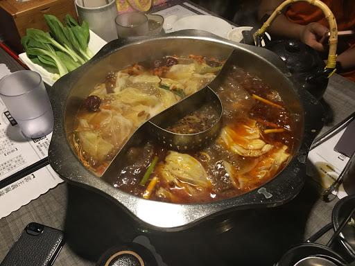 非常溫和  挺健康 請他加麻之後就很香麻喔 白鍋像玉米湯一樣 鴨血豆腐都超嫩 不太能吃辣的這裏的辣度應該也可以接受