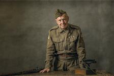soldaat staand achter bureau