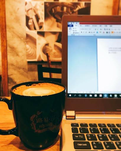 午安⋯ 為了把文章打完,找了間路易莎,第一次坐在這裡,很少喝咖啡的我,愛上了莊園拿鐵~ 連喝了兩大杯,很綿密的奶泡,不知道自己是為了寫文章喝咖啡,還是為了喝咖啡而寫文章了!