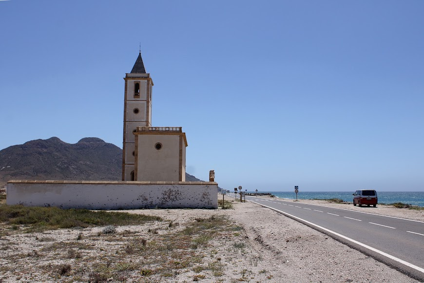 Iglesia de las Salinas, imagen única de la playa que le da nombre.