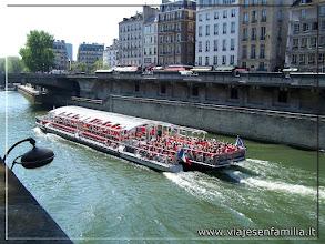 Photo: Bateau surcando el Sena. París. www.viajesenfamilia.it