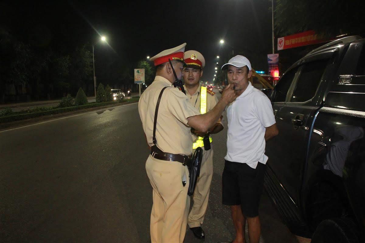 Đội CSGT Công an TP Vinh kiểm tra nồng độ cồn đối với người điều khiển phương tiện                               khi tham gia giao thông