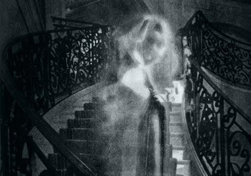 Mujer fantasma bajando por las escaleras
