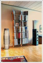Photo: WOODandMORE-Produkte beim Kunden  Diesmal: die QUADRA LP-Regale aus Esche mit 6 Glasböden. Die LP-Regale haben von unserem Kunden eine wunderschöne helle Teak-Optik erhalten. Da das sehr widerstandsfähige und harte Eschenholz unbehandelt ist, eignet es sich wunderbar zur weiteren Oberflächenveredelung durch Lack, Beize, Öle oder Wachse. Die Farbmöglichkeiten sind nahezu unbegrenzt. Wie wäre es z.B. mit einem LP-Regal in weiß, schwarz oder knallig pink? Oder in Mahagoni-Optik? Neben den regulär erhältlichen Massivholzarten Nussbaum, Kirschbaum und Esche sind so Ihrer Farbfantasie keine Grenzen gesetzt! Auch erhältlich als CD-/DVD- und Bücher- bzw. Aktenregale.  Vielen Dank an unseren Kunden für die schönen Fotos! Wir wünschen viel Freude an den Regalen.  https://www.woodandmore.de/19_lp-regale/quadra-schallplattenregal-esche-massivholz-6-glasboeden__6256.htm